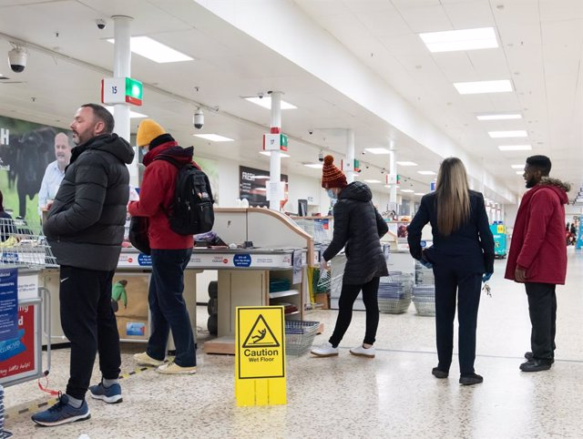 Archivo - 23/03/2020. London, United Kingdom: Coronavirus crisis. Late minute shoppers seen at Tesco Extra at Surrey Quays Shopping Centre, after the Prime Minister announcement of the lockdown. Prime Minister Boris Johnson addressed a speech to the Natio