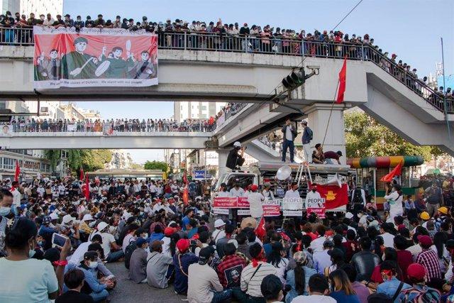 Archivo - Protestas contra la junta militar de Birmania en Rangún.