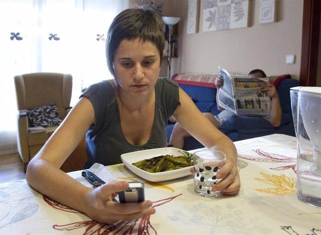 """Según un estudio de la Fundación La Caixa, un 35% de los jóvenes españoles manifiesta signos de """"falta de control"""" en el uso del móvil"""