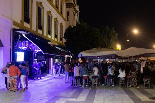La terraza de un bar de copas de noche