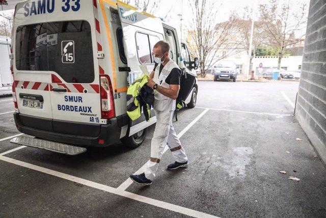 Archivo - Ambulancia en un hospital de Burdeos