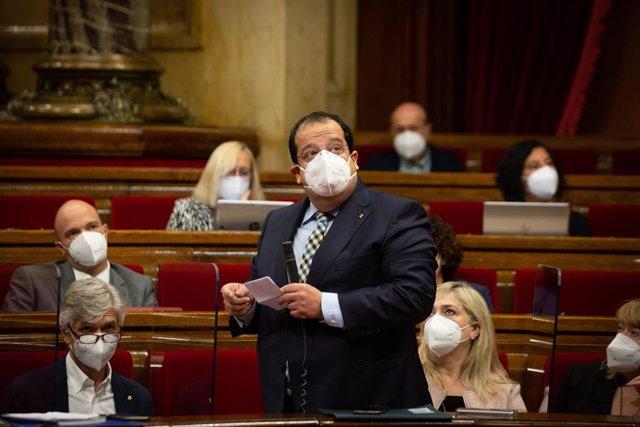 Arxiu - El conseller d'Interior de la Generalitat, Joan Ignasi Elena, en el ple del Parlament del 2 de juny del 2021.