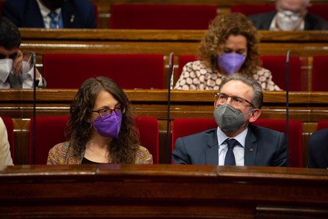 La consellera de Feminismes i Igualtat, Tània Verge, i el conseller d'Economia, Jaume Giró, en la primera sessió de control del nou Govern.