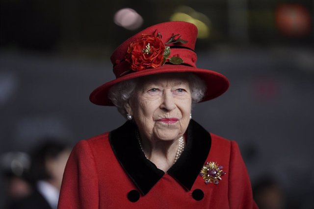"""22 May 2021, United Kingdom, Portsmouth: Queen Elizabeth II visits the Royal Navy's aircraft carrier """"HMS Queen Elizabeth"""" at Portsmouth Naval Base. The aircraft carrier is being prepared for a 28-week deployment of the UK Carrier Strike Group, which is p"""