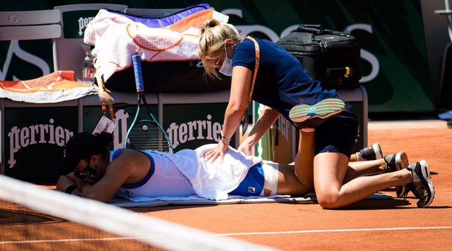 Ashleigh Barty of Australia takes a medical time during the first round at the 2021 Roland Garros Grand Slam Tournament against Bernarda Pera of the United States