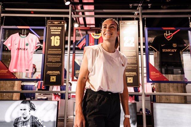 La jugadora del Barça Femení Alexia Putellas en la exposición 'Más allá de la victoria' en la tienda Nike de Passeig de Gràcia de Barcelona, un homenaje al equipo que ha logrado el triplete en la temporada 2020/21