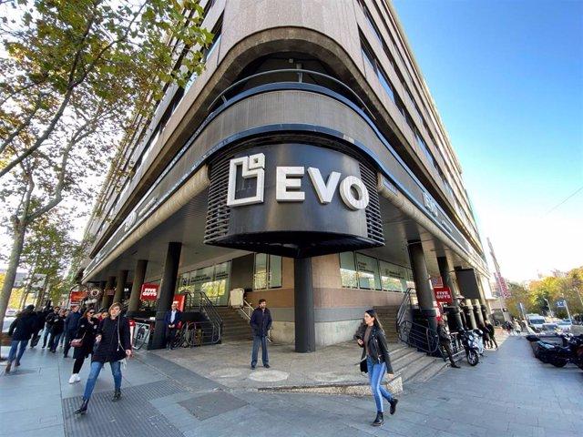 Archivo - Fachada del edificio de EVO Banco en Madrid.