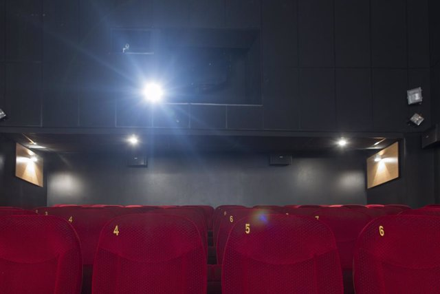 Archivo - Cine, cines, butaca, butacas, taquilla, entrada, entradas, película, películas, exhibición, proyector de cine, proyección, cinematografía, espectador, espectadores