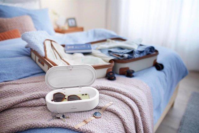 Imagen del dispositivo Mini Box con un 'smartphone' y unas gafas en su interior