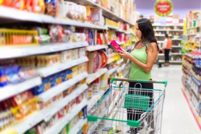 Archivo - Cesta de la compra. Etiquetado nutricional. Chica comprando en un supermercado