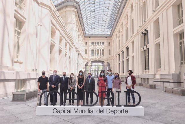 El skater Danny León (1i), la boxeadora Joana Pastrana (4i), el alcalde de Madrid, José Luis Martínez-Almeida (6i), la vicealcaldesa de Madrid, Begoña Villacís (7i) y la concejala delegada de Deporte, Sofía Miranda (9i), posan durante la concesión a Madri