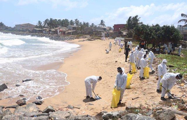 El Ejército de Sri Lanka retira parte del vertido provocado por el incendio del buque mercante 'X-Press Pearl' frente a las costas de la isla.
