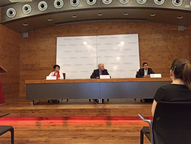 María Zarco, Josep M. Cabanes y Abel Navajas en la sede de Andbank.