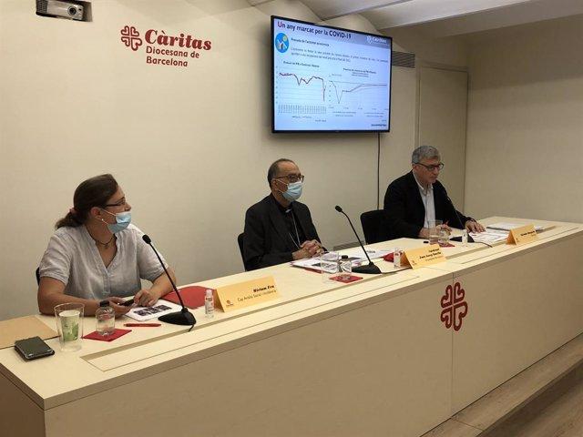 (E-D) La cap d'Anàlisi Social i Incidència de Càritas, Miriam Feu, el cardenal arquebisbe de Barcelona i president de l'entitat, Joan Josep Omella; i el director de Càritas Diocesana de Barcelona, Salvador Busquets.