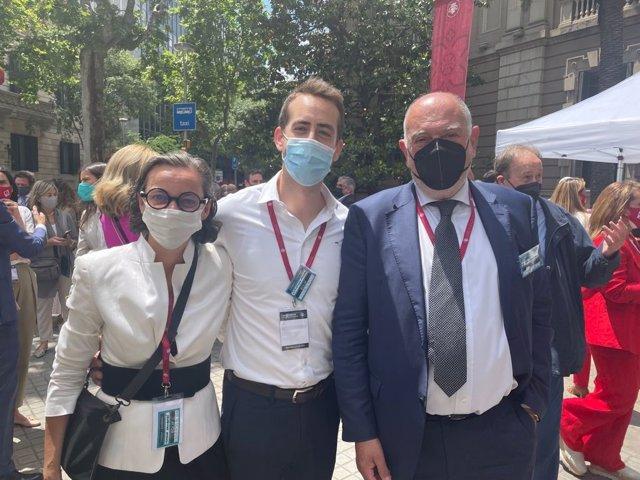 El candidat a degà del Col·legi de l'Advocacia de Barcelona (Icab) en les eleccions d'aquest dijous juntament amb Cristian Navarro i Teresa Vallverdú de la seva candidatura.