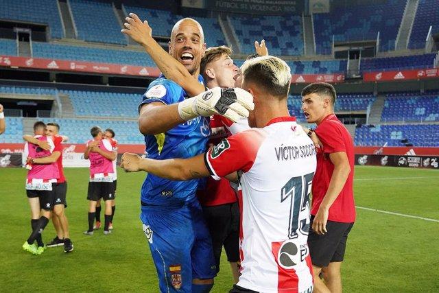 Archivo - Jugadores del Logroñés celebran su ascenso a Segunda División y su vuelta al fútbol profesional 20 años después