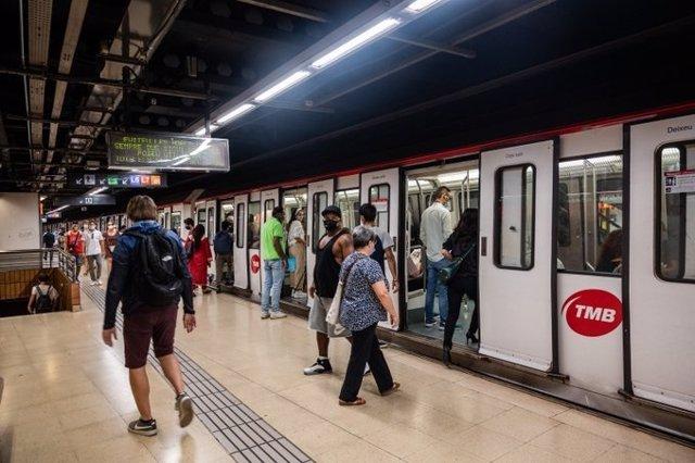 Archivo - Arxiu - Passatgers al Metro de Barcelona.