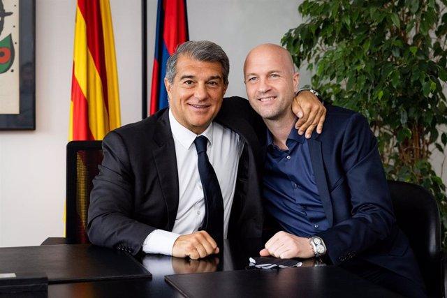 El presidente del FC Barcelona, Joan Laporta, con el consejero del área de fútbol Jordi Cruyff, que se incorporará el 1 de agosto de 2021