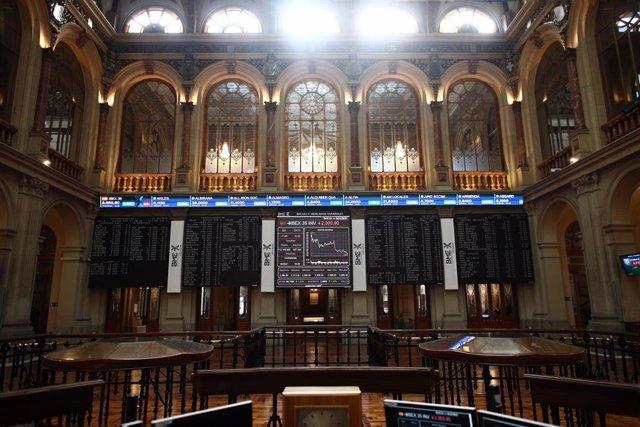 Archivo - Interior del Palacio de la Bolsa, donde el Ibex 35 se ha anotado un avance del 0,26%, hasta los 8.657,7 puntos, en Madrid (España), a 16 de marzo de 2021. El Ibex 35 ha registrado esta subida con los inversores a la espera de la reunión de mañan