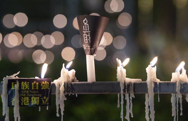 Archivo - Imagen de archivo de velas encendidas en recuerdo de las víctimas de la masacre de Tiananmen.