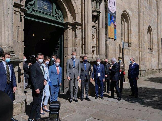 La ministra de Industria, Comercio y Turismo, Reyes Maroto (2i); el Rey Felipe VI (4i) y el presidente de la Xunta de Galicia, Alberto Nuñez Feijóo (5i), a su llegada a la inauguración del I Congreso Mundial Xacobeo en el Colegio de Fonseca, a 3 de junio