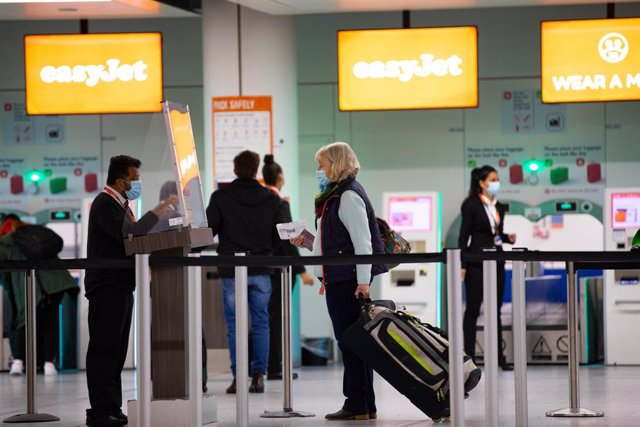 17 May 2021, United Kingdom, London: Passengers check in for the first holiday and leisure flight to take-off at Gatwick Airport, as easyJet relaunch flights from the UK to green-lit destinations for the first time this year. Photo: David Parry/PA Wire/dp