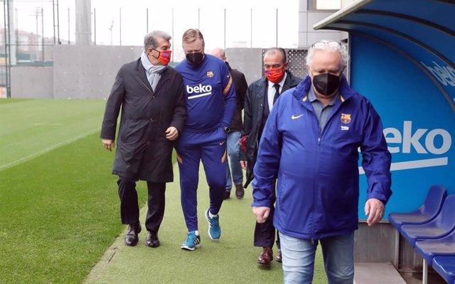 Archivo - El nuevo presidente del FC Barcelona, Joan Laporta, con el entrenador del primer equipo de fútbol, Ronald Koeman, durante su visita a la Ciutat Esportiva Joan Gamper
