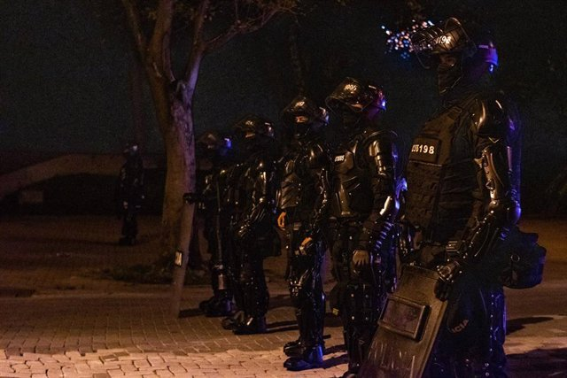 Efectivos del Escuadrón Móvil Antidisturbios (ESMAD) de Colombia durante las protestas contra el Gobierno en Medellín.