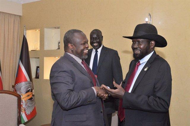 Archivo - Riek Machar, primer vicepresidente, y Salva Kiir, presidente de Sudán del Sur