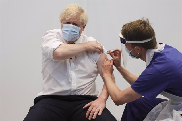 El primer ministro de Reino Unido, Boris Johson, recibe la segunda dosis de la vacuna contra el coronavirus