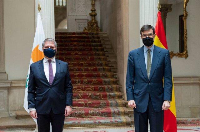 El Secretario de Estado para la Unión Europea, Juan González-Barba, ha recibido en Madrid al Secretario Permanente del Ministerio de Asuntos Exteriores de Chipre, Kornelios Korneliou, para celebrar consultas políticas.