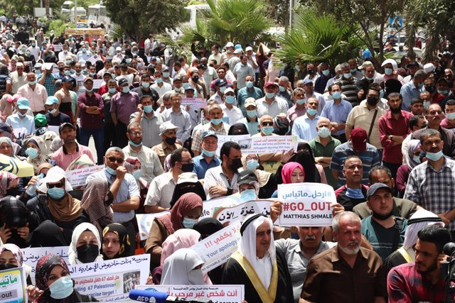 31 May 2021, Palestinian Territories, Gaza City: Palestinian employees of United Nations Relief and Works Agency (UNRWA) take part in a protest to demand the departure of Matthias Schmale, the director of operations for UNRWA. Photo: Naaman Omar/APA Image