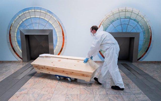 Archivo - Crematorio en Alemania de una persona muerta por coronavirus