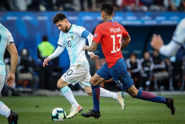 Archivo - Lionel Messi of Argentina and Erick Pulgar of Chile during the Copa America 2019, 3rd place football match between Argentina and Chile on July 6, 2019 at Arena Corinthians in Sao Paulo, Brazil - Photo Thiago Bernardes / FramePhoto / DPPI