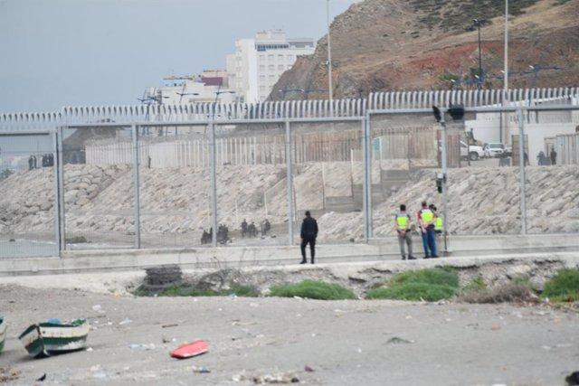 Varios agentes de Guardia Civil, desplegados en la valla de la playa del Tarajal,  a 31 de mayo de 2021, en Ceuta (España). Un grupo de diez marroquíes han intentado entrar a nado en Ceuta, pero Marruecos ha abortado el pase movilizando a sus agentes por