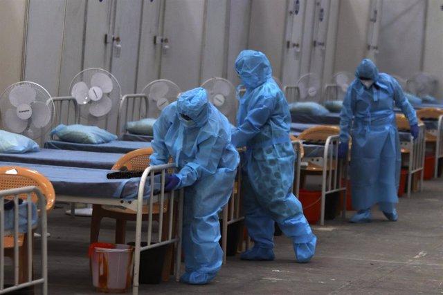 Trabajadores sanitarios preparan un hospital de campaña en India ante la pandemia de coronavirus