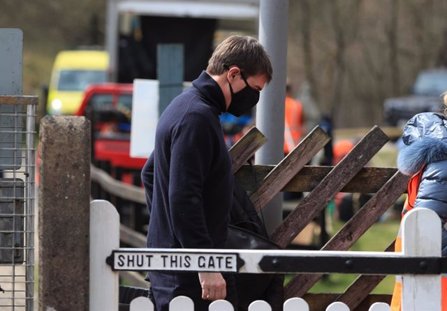 Archivo - 20 April 2021, United Kingdom, Levisham: US actor Tom Cruise walks to the set of his latest project, which is filming in the sidings of the railway station in the village of Levisham in the North York Moors. Photo: Danny Lawson/PA Wire/dpa