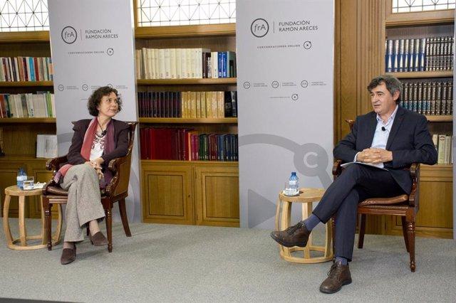 Archivo - Lourdes Ruiz Desviat  y Enrique Viguera en debate en Fundación Ramón Areces sobre potencial de aplicaciones de ARN