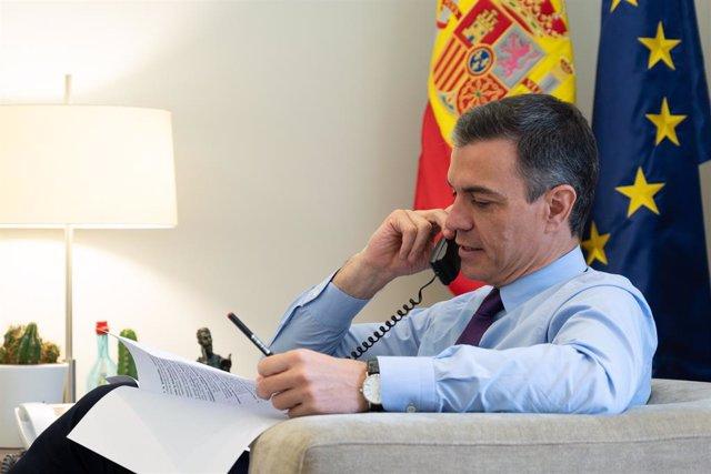 Arxiu - El president del Govern central, Pedro Sánchez, parla per telèfon.