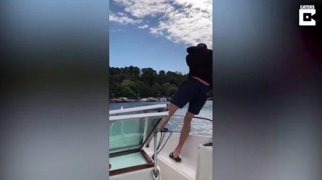 Capturan en vídeo el hilarante momento en que un joven se cae por la borda después de lanzar la caña de pescar