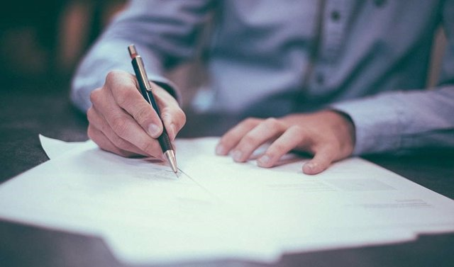 Archivo - Firma de documentos, hipoteca,