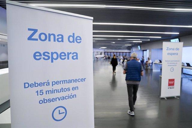 Un hombre entra en la zona de espera, después de recibir la dosis con la vacuna de Pfizer en el Wanda Metropolitano