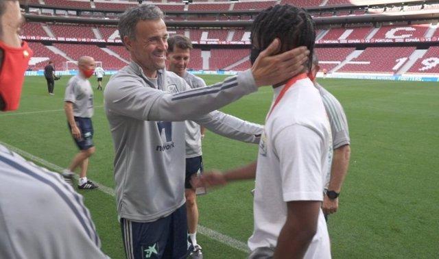 Ansu Fati saluda al seleccionador Luis Enrique durante su visita al entrenamiento de la selección española en el Wanda Metropolitano