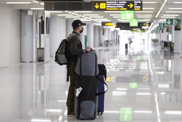 Archivo - Arxiu - Un viatger a l'Aeroport de Palma.