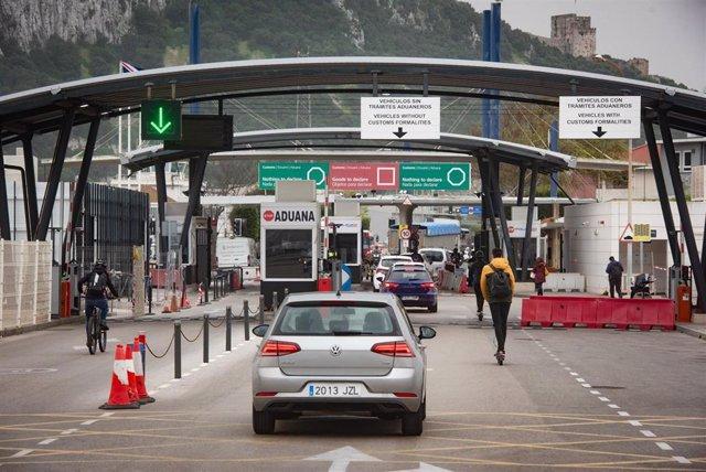 Archivo - Tránsito de coches y personas en la frontera de Gibraltar, después de que España haya decidido levantar la restricción temporal del acceso por vía terrestre al espacio Schengen a través del puesto de control de personas con el territorio de Gibr