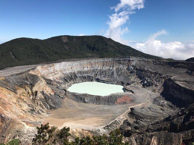 Los investigadores de MSU y sus colegas estudiaron las comunidades microbianas tomando muestras de fuentes termales en Costa Rica, como la que se muestra aquí, que están conectadas a entornos terrestres profundos.