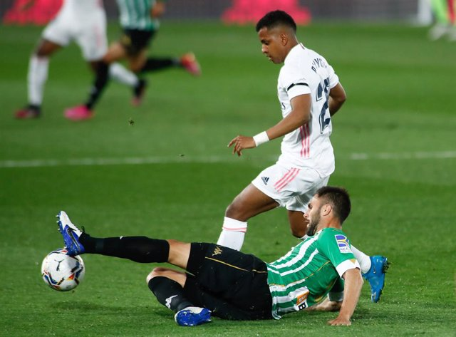 Archivo - Victor Ruiz of Real Betis and Rodrygo Silva de Goes of Real Madrid in action during the spanish league, La Liga, football match played between Real Madrid and Real Betis at Ciudad Deportiva Real Madrid on April 24, 2021, in Valdebebas, Madrid, S