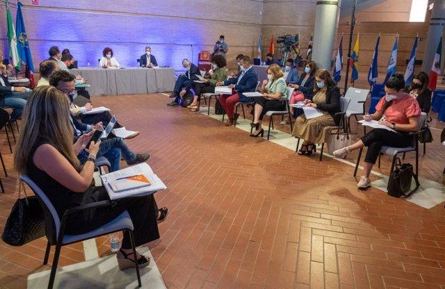 Pleno de la Diputación celebrado en el Foro Iberoamericano de La Rábida.