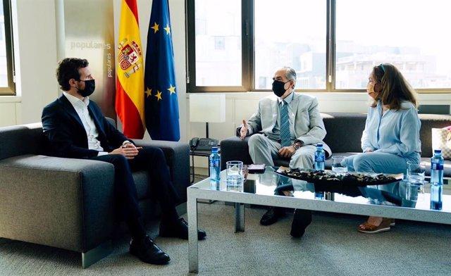 """El líder del PP, Pablo Casado, se reúne con el editor Henrique Otero para """"condenar la expropiación de El Nacional por Nicolás Maduro""""."""
