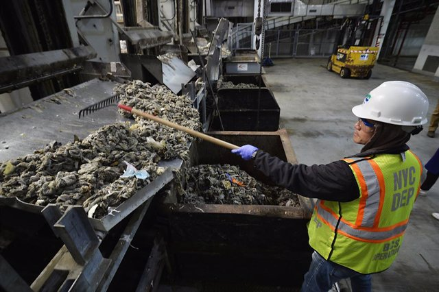 Archivo - April 12, 2019 - New York, New York, United States: Sewage treatment worker Kam Lau works the solid waste inside the Newtown Creek Water Pollution Control Plant at 329 Greenpoint Avenue, in Brooklyn. Deputy Commissioner Pam Elardo claims that 80